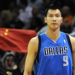 Yi Jianlian in campo con la sua ex-squadra, i Dallas Mavericks